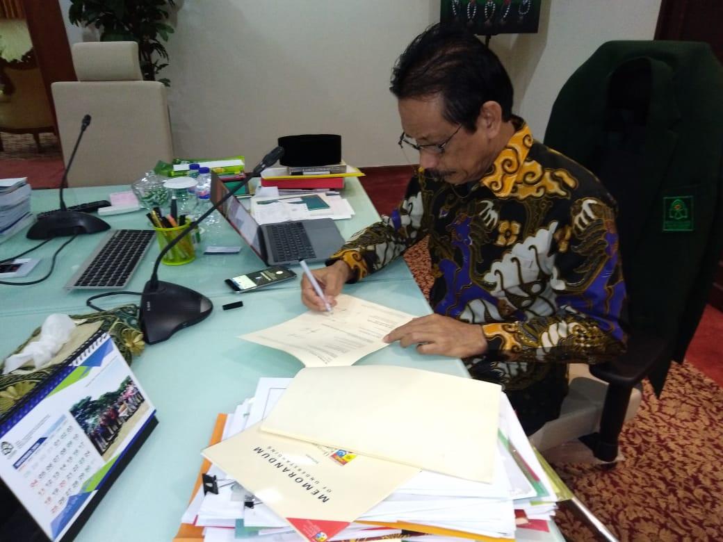 Rektor UIN Alauddin Makassar Prof. Dr. H. Musafir, M.Si sedang menandatangani naskah MOU antara Univ