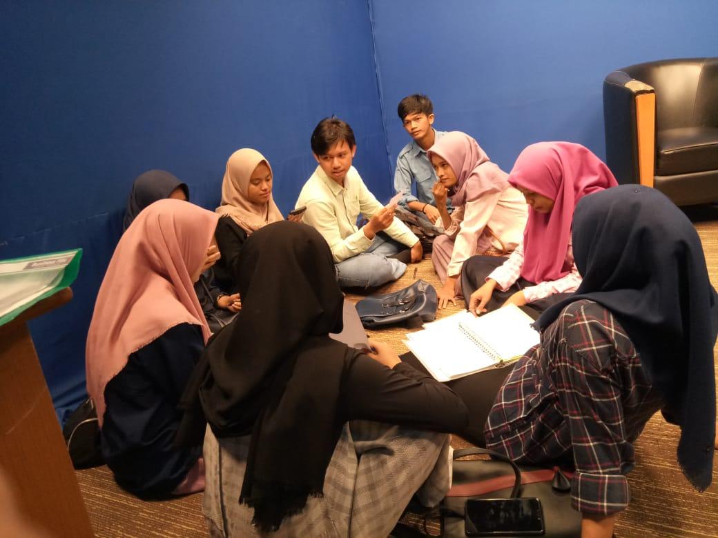 Mahasiswa Ilmu Komunikasi rapat redaksi dalam persiapan Talkshow di Laboratorium TV FDK